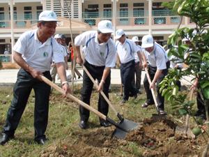 Đồng chí Trần Đăng Ninh, Phó Chủ tịch UBND tỉnh trồng cây tại trường mầm non xã Tân Vinh (Lương Sơn).