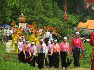 Đoàn rước bằng công nhận Di tích lịch sử văn hóa cấp tỉnh và rước sắc từ sân Đền Niệm về Đền Niệm.