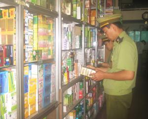 Lực lượng chức năng kiểm tra mặt hàng thuốc tại nhà thuốc An Trường trên đường Cù Chính Lan (thành phố Hòa Bình).