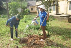 Lực lượng ĐVTN tham gia trồng cây xanh hưởng ứng ngày Môi trường thế giới.