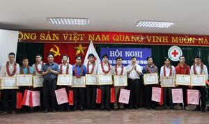 Đồng chí Bùi Văn Cửu, Phó Chủ tịch TT UBND tỉnh, Trưởng BCĐ vận động HMTN tỉnh tặng giấy khen cho 16 cá nhân được vinh danh trong phong trào HMTN.