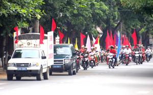 """Sau lễ phát động, các hội viên phụ nữ, tình nguyện viên tham gia diễu hành, tuyên truyền """"Tháng cao điểm dự phòng lây truyền HIV từ mẹ sang con"""" trên đường phố."""