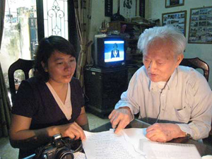 GS Nguyễn Xuân Hiền giới thiệu bài thuốc với phóng viên.