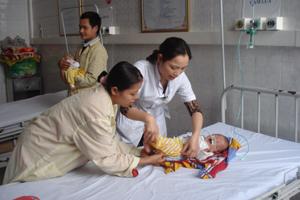 Trẻ em dưới 6 tuổi đến khám - chữa bệnh BHYT tại khoa nhi  (Bệnh viện đa khoa tỉnh).