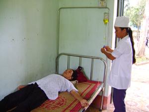 Bệnh nhân đến khám và điều trị BHYT tại trạm y tế xã Ngọc Mỹ.