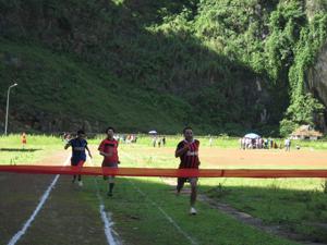 VĐV nam nỗ lực về đích ở nội dung chạy 100 m.