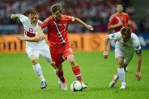 Tiền vệ đội trưởng Andrey Arshavin (áo đỏ) tung hoành trước hàng phòng ngự Ba Lan.