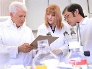 Các nhà khoa học nghiên cứu biến đổi gen. (Nguồn: Internet)