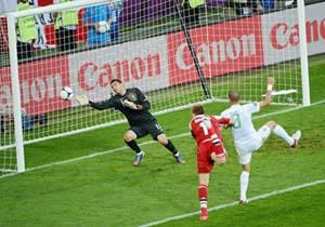 Pha đánh đầu ghi bàn của tiền đạo Nicklas Bendtner (Đan Mạch, áo đỏ). Ảnh: AFP