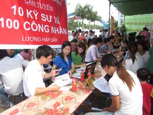 Lao động trẻ huyện Lương Sơn đăng ký lựa chọn việc làm qua phiên giao dịch.