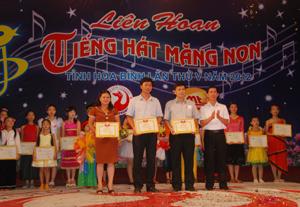 Lãnh đạo Đài PTTH tỉnh trao giấy khen và giải thưởng cho các đoàn nhất, nhì, ba toàn đoàn.