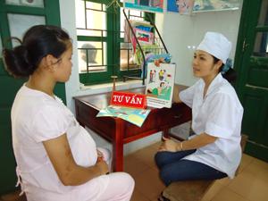 Cán bộ Trạm y tế xã Xuất Hóa (Lạc Sơn) thực hiện tư vấn dự phòng lây truyền HIV từ mẹ sang con với phụ nữ mang thai.