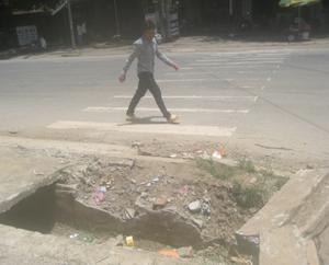 """Toàn thị trấn Mường Khến (Tân Lạc) có hơn 70 nắp cống bị hư hỏng, tạo thành """"bẫy"""" nguy hiểm cho người đi đường."""