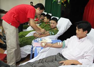 Các TNV của thành phố Hòa Bình tham gia hiến máu tại ngày hội HMTN đợt ba năm 2012.