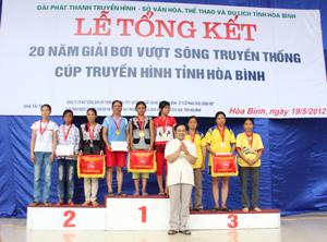 Đoàn VĐV huyện Tân Lạc xuất sắc giành giải nhất nội dung đồng đội nữ chính tại giải bơi vượt sông truyền thống cúp Truyền hình năm 2012.