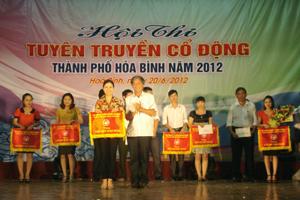Lãnh đạo UBND TPHB trao giải nhất toàn đoàn cho phường Đồng Tiến.