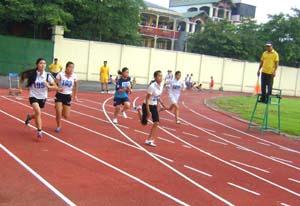 Các VĐV thi đấu ở nội dung chạy 100m nữ.