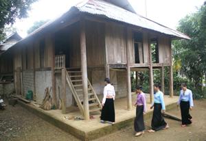 Nhà sàn truyền thống gắn với cuộc sống, sinh hoạt của người Mường Hòa Bình. ảnh chụp tại xã Địch Giáo (Tân Lạc).
