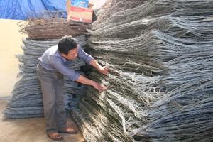 Cán bộ Phòng NN&PTNT huyện Kỳ Sơn kiểm tra các vật tư dự phòng phục vụ công tác PCLB năm 2012.
