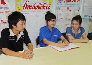 Quỳnh Trang (giữa) trao đổi cùng các đoàn viên trong chi đoàn về kế hoạch hoạt động  tình nguyện trong dịp hè.