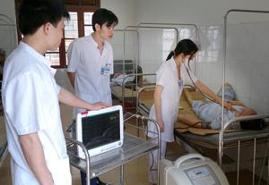 Bệnh nhân thuộc diện nghèo, DTTS đang được khám và điều trị tại Bệnh viện Đa khoa huyện Lạc Sơn.