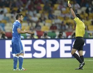 Maggio lãnh thẻ vàng ở trận gặp Anh (Nguồn: Getty Images)
