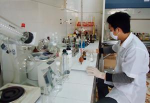 Khắc phục khó khăn về cơ sở vật chất, trong những năm qua, Trung tâm y tế dự phòng tỉnh hoàn thành tốt nhiệm vụ được giao.  ảnh: Cán bộ Trung tâm y tế dự phòng tỉnh xét nghiệm mẫu bệnh phẩm.