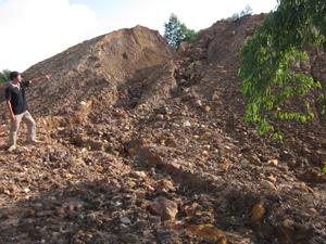 Trưởng xóm Mỵ lo lắng trước thực trạng mặt bằng khu xử lý tiếp tục xói lở đất, đá vùi lấp ruộng của hộ dân.