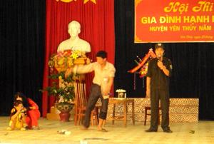 PHần thi xử lý tình huống bằng tiểu phẩm của đội xã Ngọc Lương được đánh giá cao tại hội thi.