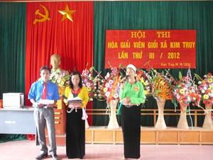 Phần thi xử lý tình huống của hòa giải viên Bùi Thị Lưu, thôn Trại Ổi, thí sinh đoạt giải nhì tại hội thi.