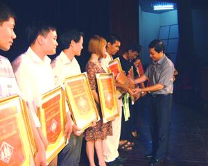 Đ/C Bùi Văn Cửu, Phó chủ tịch Thường trực UBND tỉnh trao quà của UBND tỉnh cho các gia đình tham gia hội thi.