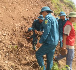 Lực lượng dân quân xóm Tam 1 diễn tập khắc phục sạt lở ở Hồ Tam.