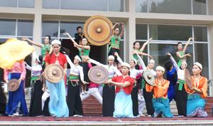 Các diễn viên Đoàn nghệ thuật Hòa Bình biểu diễn tại tiền sảnh Cung Văn hóa tỉnh phục vụ nhân dân thành phố Hòa bình.