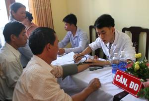 Các y, bác sỹ Bệnh viện MEDLATEC khám bệnh cho các đối tượng có công với cách mạng huyện Cao Phong.