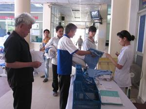 Người dân cần được phục vụ tốt hơn khi giá viện phí tăng. Ảnh chụp tại nơi mượn đồ vải sạch của Bệnh viện đa khoa tỉnh.
