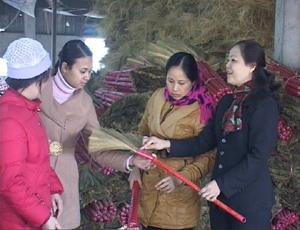 Mô hình sản xuất chổi chít của Công ty TNHH Minh Thắng (huyện Kỳ Sơn) tạo việc làm cho nhiều lao động tại địa phương.