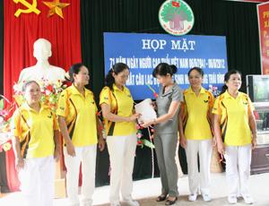 Chủ nhiệm CLB dưỡng sinh phường Thái Bình ra mắt tại buổi gặp mặt.