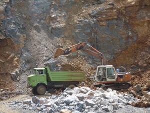 Cơ sở khai thác đá tại xóm Công 2, xã Quy Hậu của Công ty TNHH  xây dựng Minh Nguyệt được thành lập từ năm 2010 chấp hành đầy đủ các thủ tục pháp lý trong khai thác đá, từng bước đi vào hoạt động ổn định.