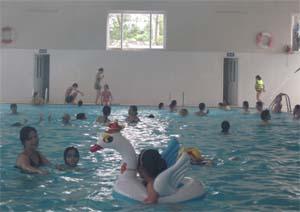 Cần nhân rộng các khoá huấn luyện bơi cho trẻ để hạn chế thấp nhất các trường hợp tại nạn do đuối nước. ảnh: Ảnh chụp tại khu du lịch suối khoáng Kim Bôi