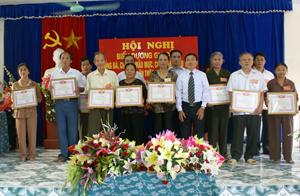 Đại diện lãnh đạo phường Chăm Mát trao giấy khen cho 26 hộ gia đình