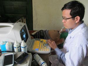 Trong quý I, Trạm y tế xã Yên Lập (Cao Phong) đã khám và điều trị cho trên 400 lượt bệnh nhân. Trong ảnh: Đoàn bác sỹ của bệnh viện T.ư khám sàng lọc phát hiện sớm bệnh ung thư vú cho phụ nữ trong độ tuổi có nguy cơ cao của xã Yên Lập.