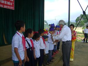 Đại diện lãnh đạo huyện Cao Phong trao học bổng cho học sinh nghèo vượt khó trên địa bàn.