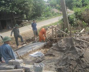 Nhân dân xóm Khăm, xã Bình Sơn (Kim Bôi) đóng góp ngày công và cát, sỏi làm đường giao thông nông thôn.