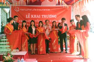Lãnh đạo UBND thành phố Hoà Bình và Công ty TNHH Bảo hiểm Hanwha Life cắt băng khai trương văn phòng tổng đại lý Bảo hiểm Hanwha life Việt Nam tại Hoà Bình.