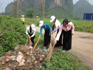 Phụ nữ xã Quy Hậu (Tân Lạc) quét dọn, thu gom rác thải ở khu dân cư.