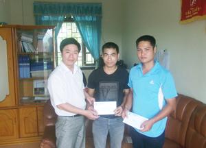 Lãnh đạo LĐLĐ huyện tặng quà cho công nhân lao động có hoàn cảnh khó khăn.