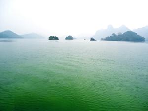 Thung Nai bình yên giữa mênh mang sông nước.