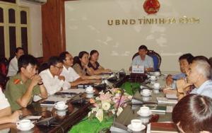 Đồng chí Bùi Văn Cửu, Phó Chủ tịch TT UBND tỉnh và các sở, ngành hữu quan tham gia buổi họp trực tuyến.