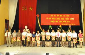 BTC trao cờ lưu niệm cho các đoàn về dự hội thi và liên hoan.