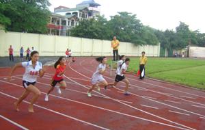 Các VĐV thi đấu ở nội dung 100m nữ.